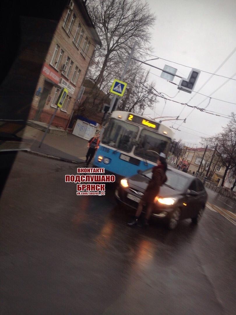 Дама за рулем случайно подрезала троллейбус