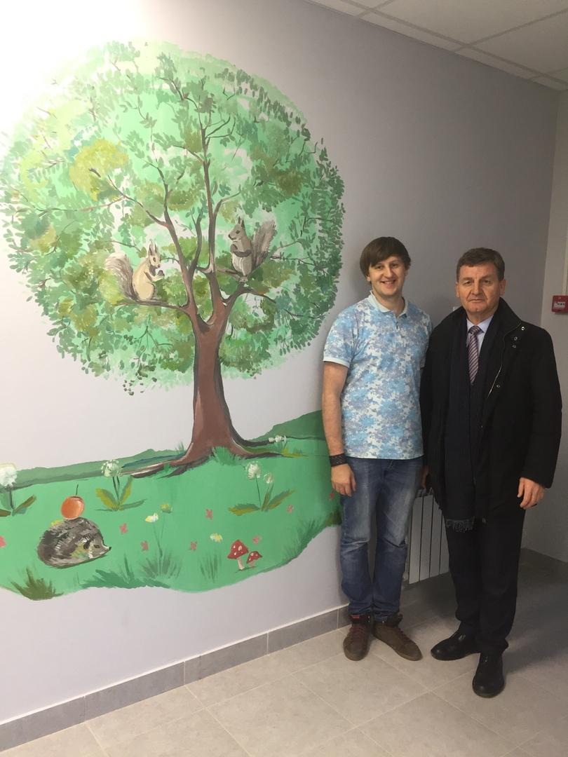 Брянский художник расписал стены новой супоневской поликлиники