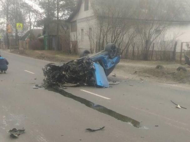 Жуткая авария с перевернутой легковушкой в Брянске попала на видео