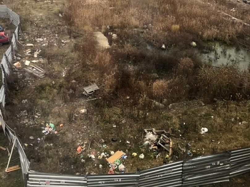 Стройплощадку в Брянске превратили в стихийную свалку