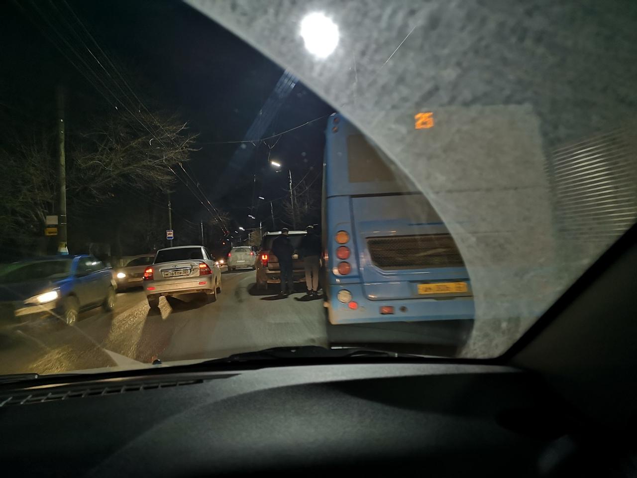 В Брянске выяснили отношения водители внедорожника и автобуса