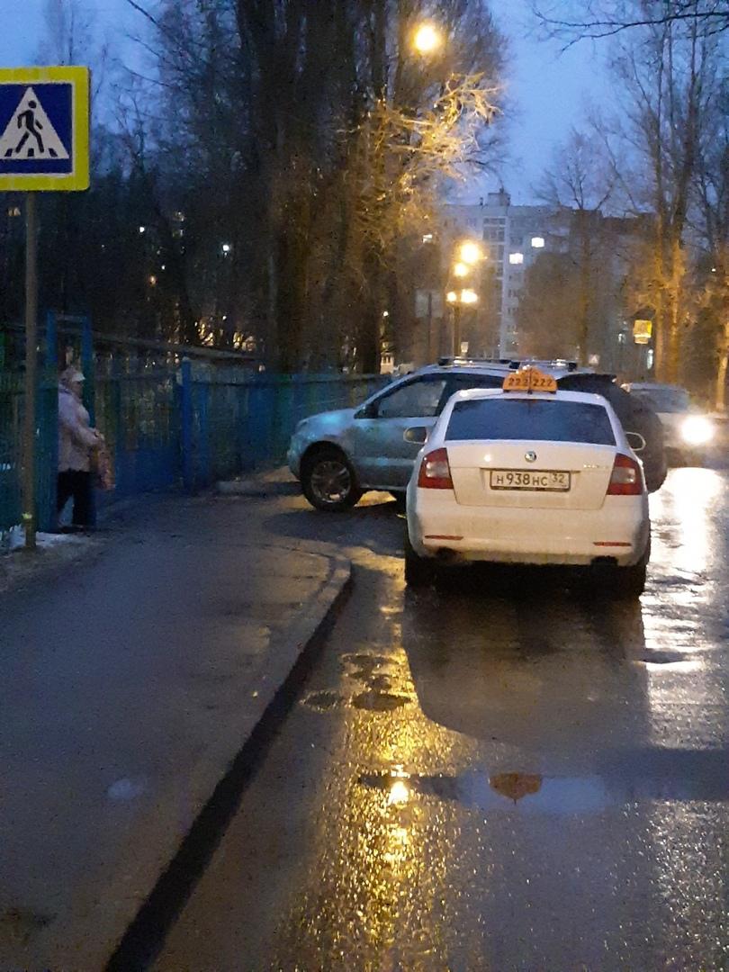 У брянского детского сада автомобилисты создали затор