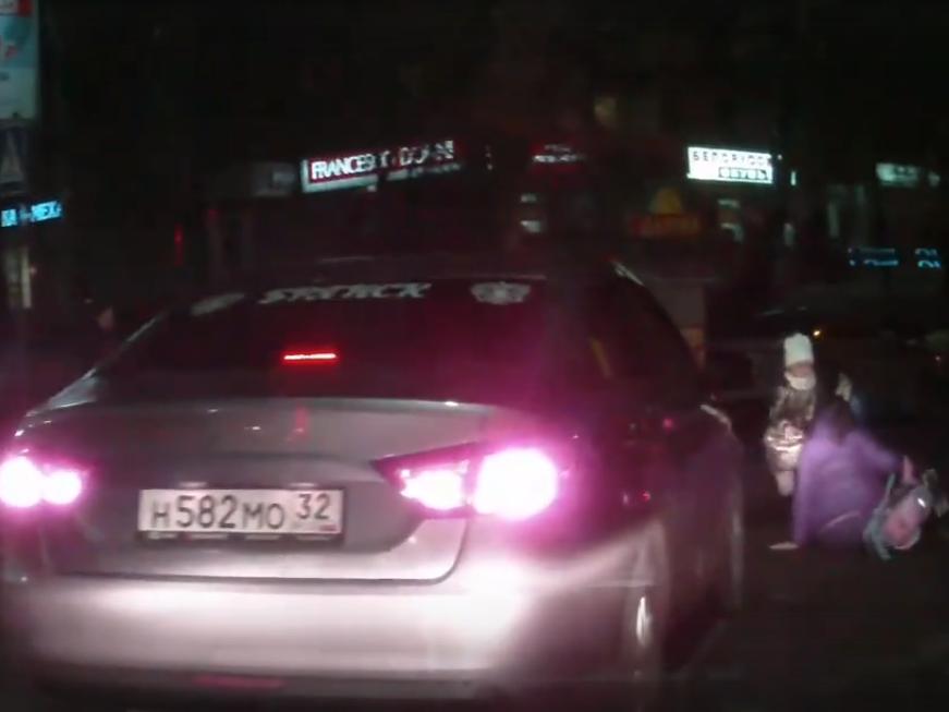 У площади Партизан сбили женщину с ребенком