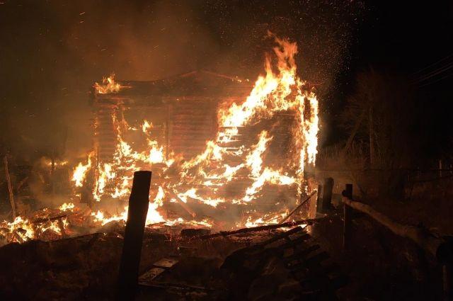 Больше двух часов ночью под Трубчевском горел дом