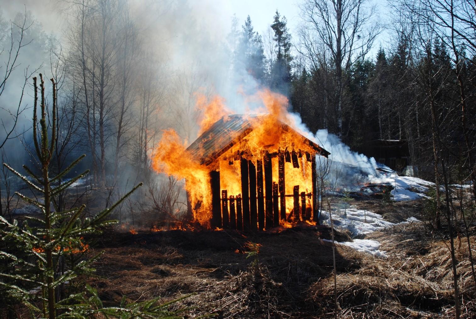 В Сельцо на улице Строителей сгорели два сарая