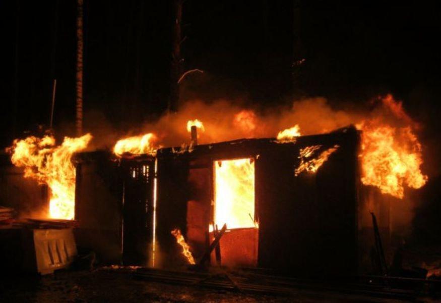 В Толмачево сгорел строительный вагончик