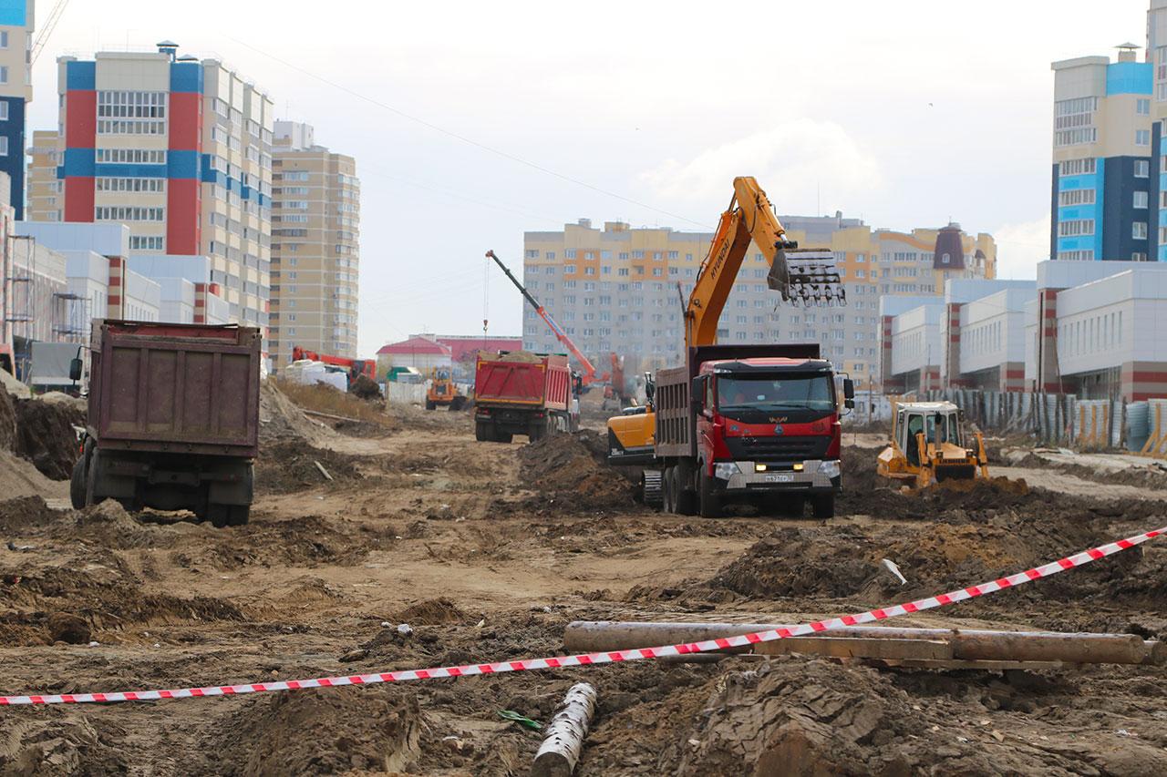 25 человек и 22 машины строят в Брянске новую дорогу