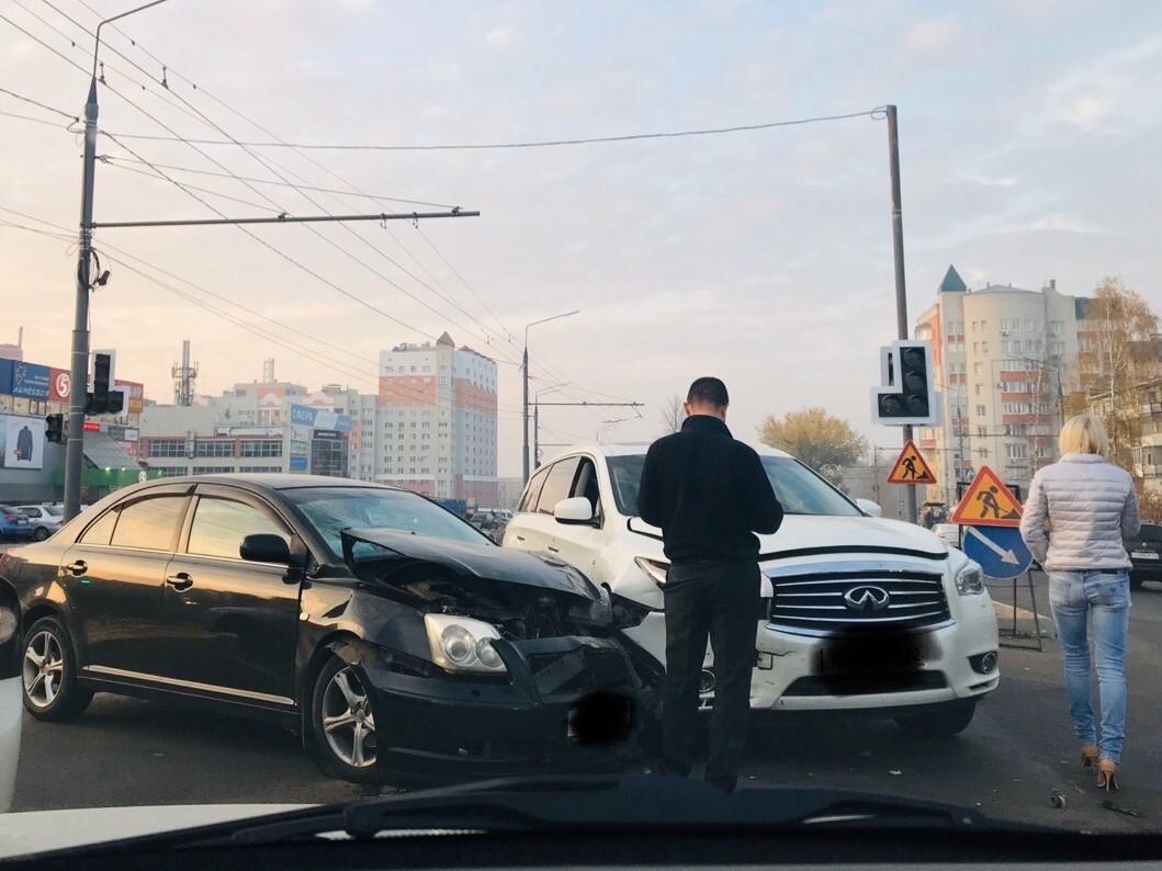 "На ""Спортмастере"" в Брянске столкнулись иномарки"