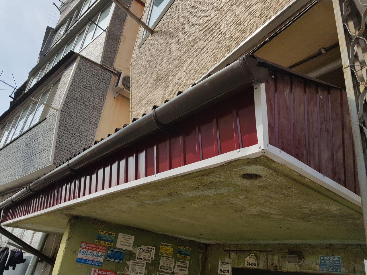 Соцсети: в Брянске на козырьке подъезда обнаружили труп