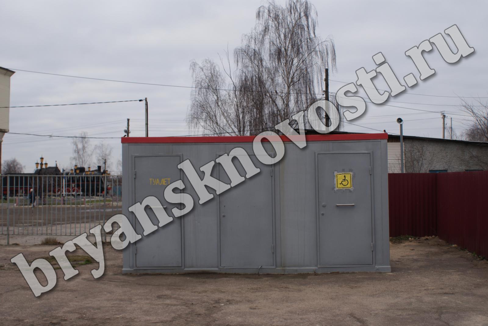 Настанции «Новозыбков» туалет замаскирован под трансформаторную будку