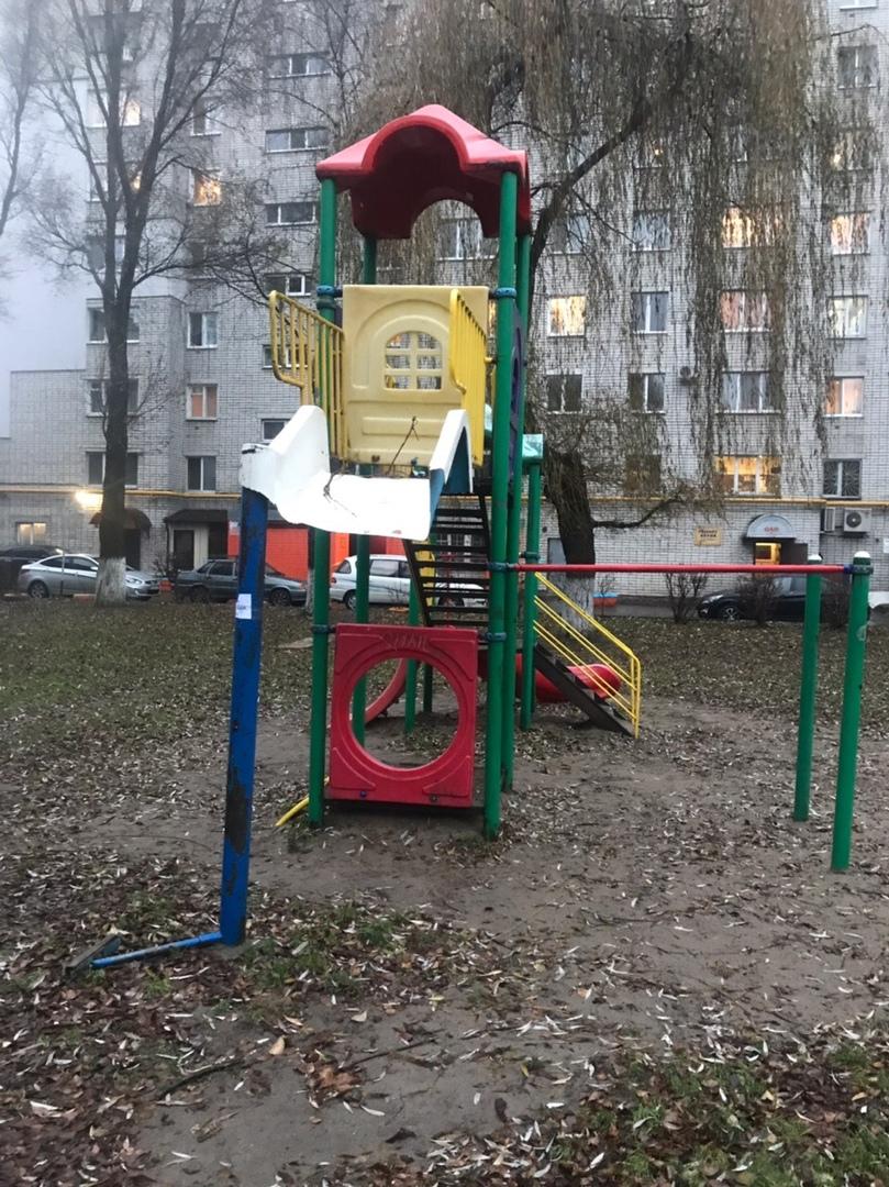 На детской площадке в Брянске украли горку