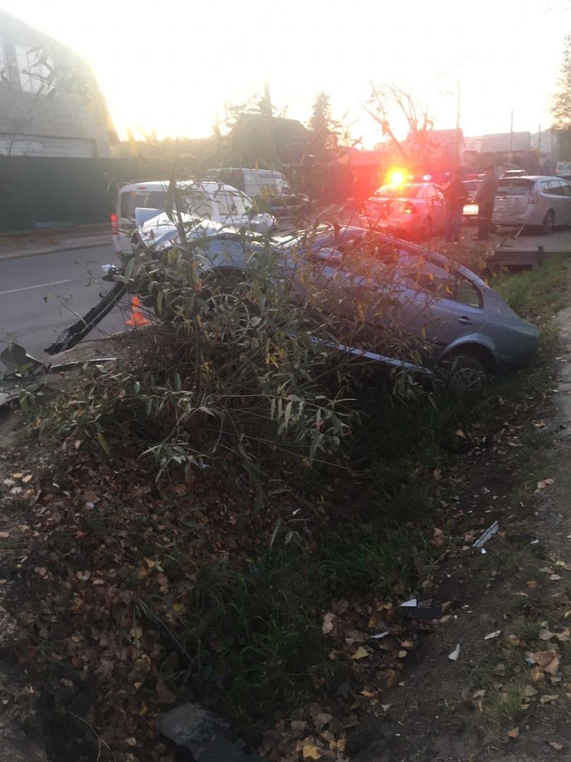 В областном центре автомобиль оказался в кювете