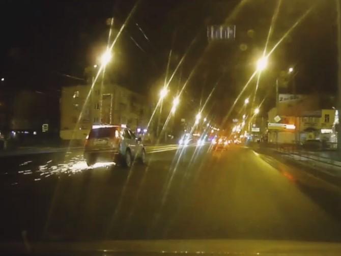 На въезде в Володарский район кроссовер попал в ДТП