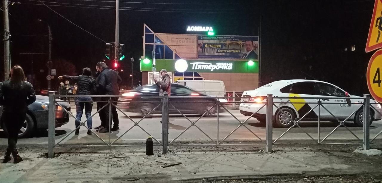 В аварию в Брянске угодила машина такси