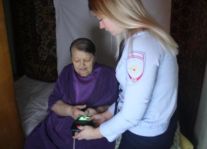 Жительнице Брянска оформили загранпаспорт у нее же дома