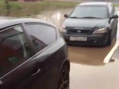 На Романа Брянского двор затопило кипятком