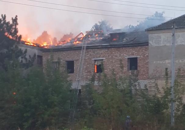 В Почепе потушили заброшенное здание