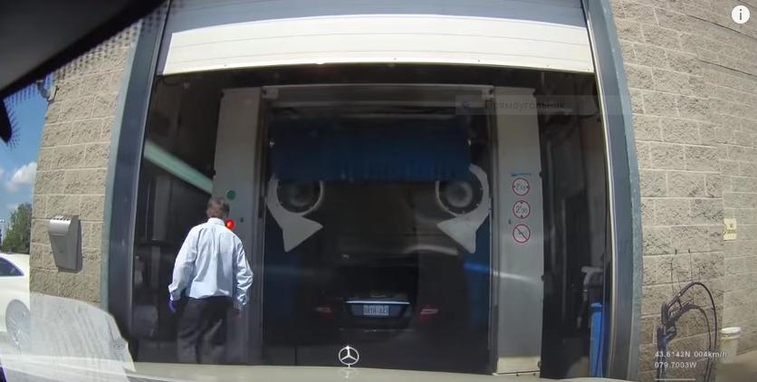 Владелец Mercedes сдал машину всервис свключенным видеорегистратором