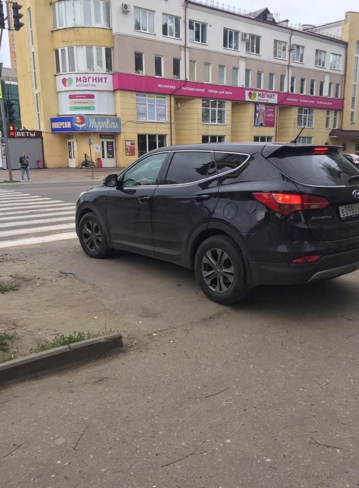 В Брянске автохам потеснил пешеходов на тротуаре
