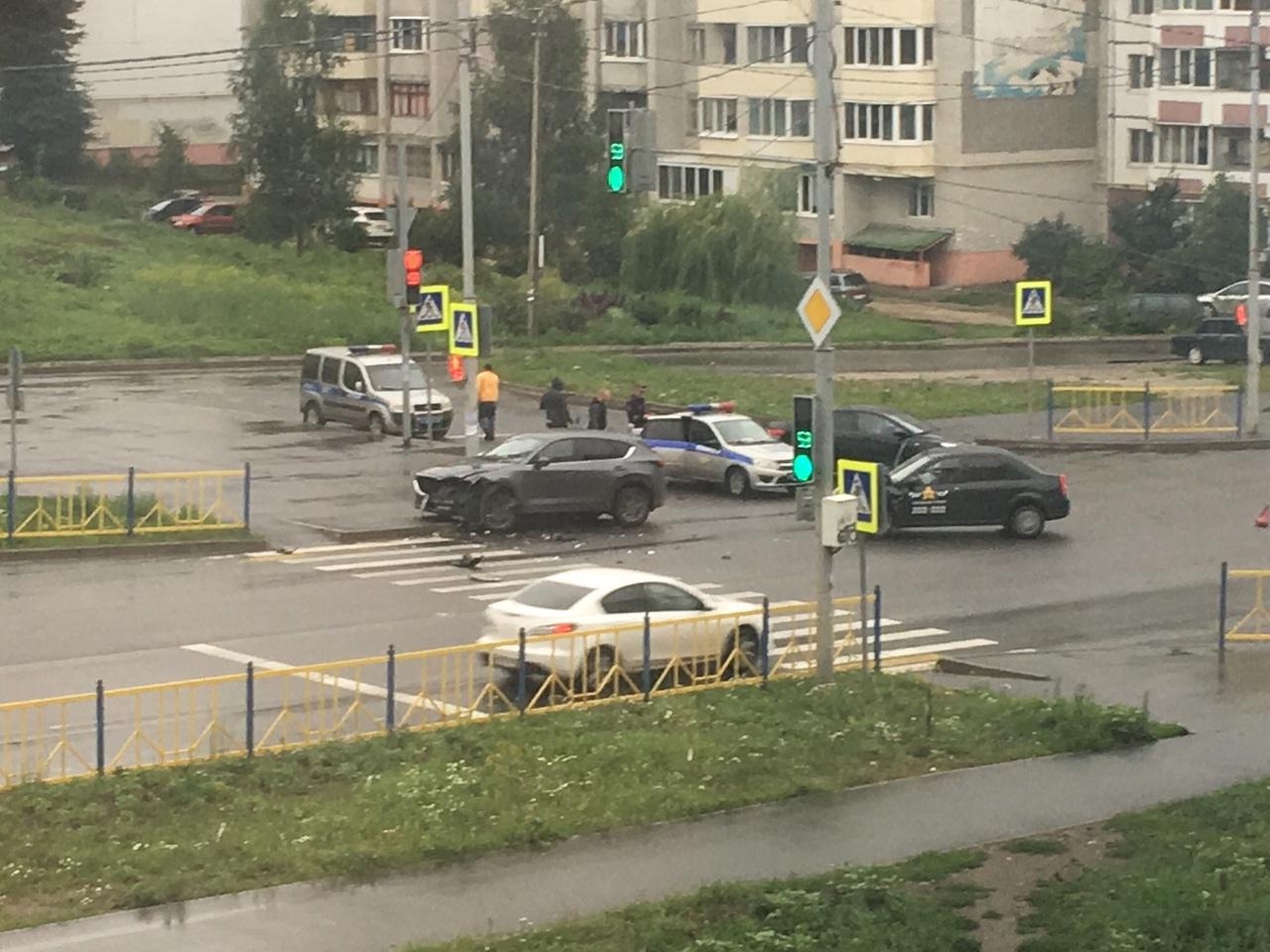 На улице Романа Брянского в ДТП попала машина такси