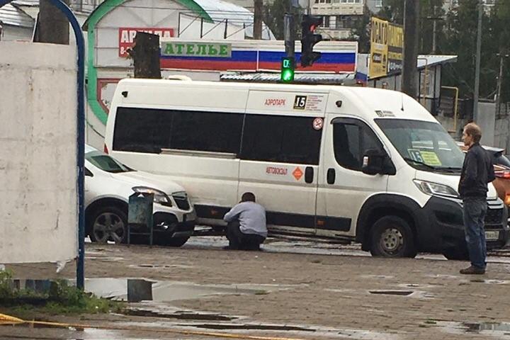 Остановку в Брянске не поделили маршрутка и легковушка