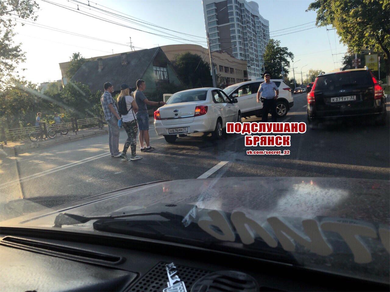 В районе Кургана в Брянске столкнулись автомобили