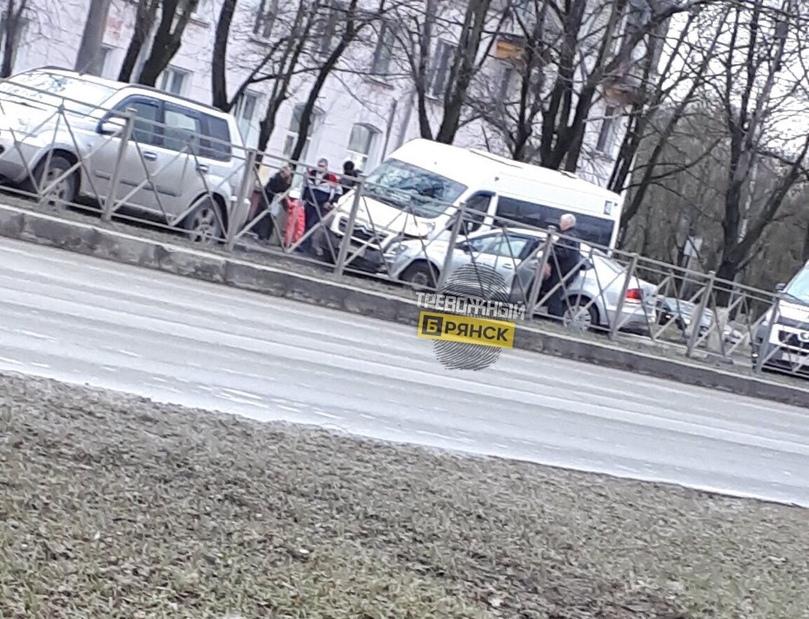 Легковушка въехала в маршрутку на проспекте Московском