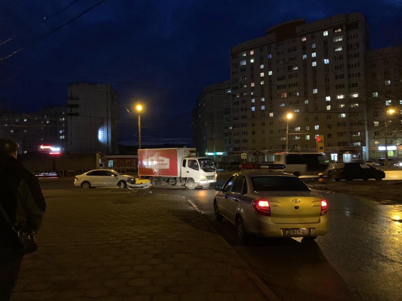 В районе Мясокомбинате столкнулись легковушка и грузовик