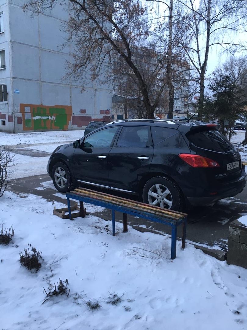 В Брянске автохам припарковался почти в подъезд