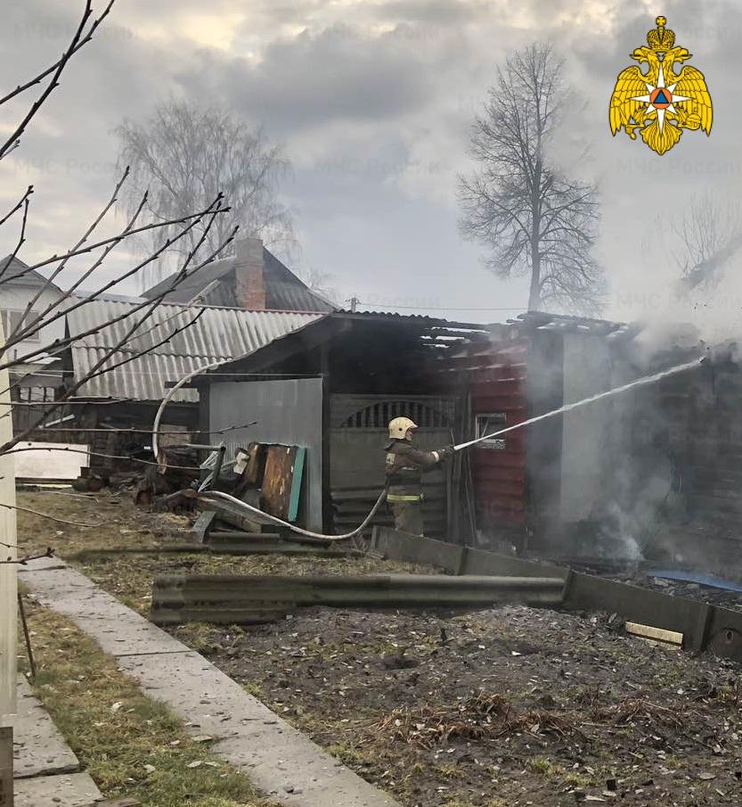 В Белых Берегах сгорел дом с гаражом