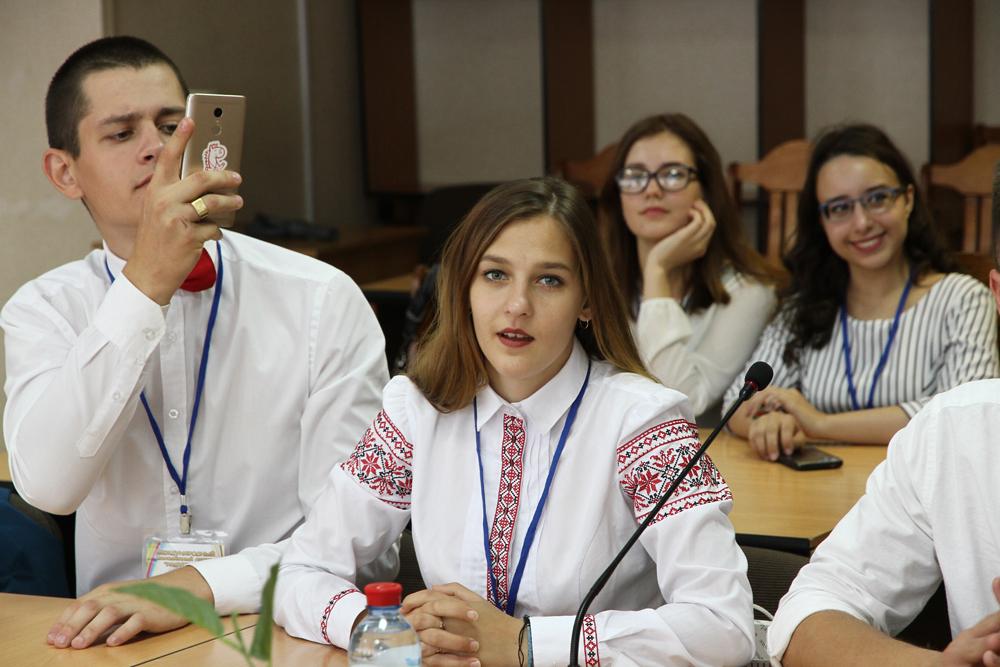 Руководители города пообщались с молодежью международного лагеря «Радуга-2019»