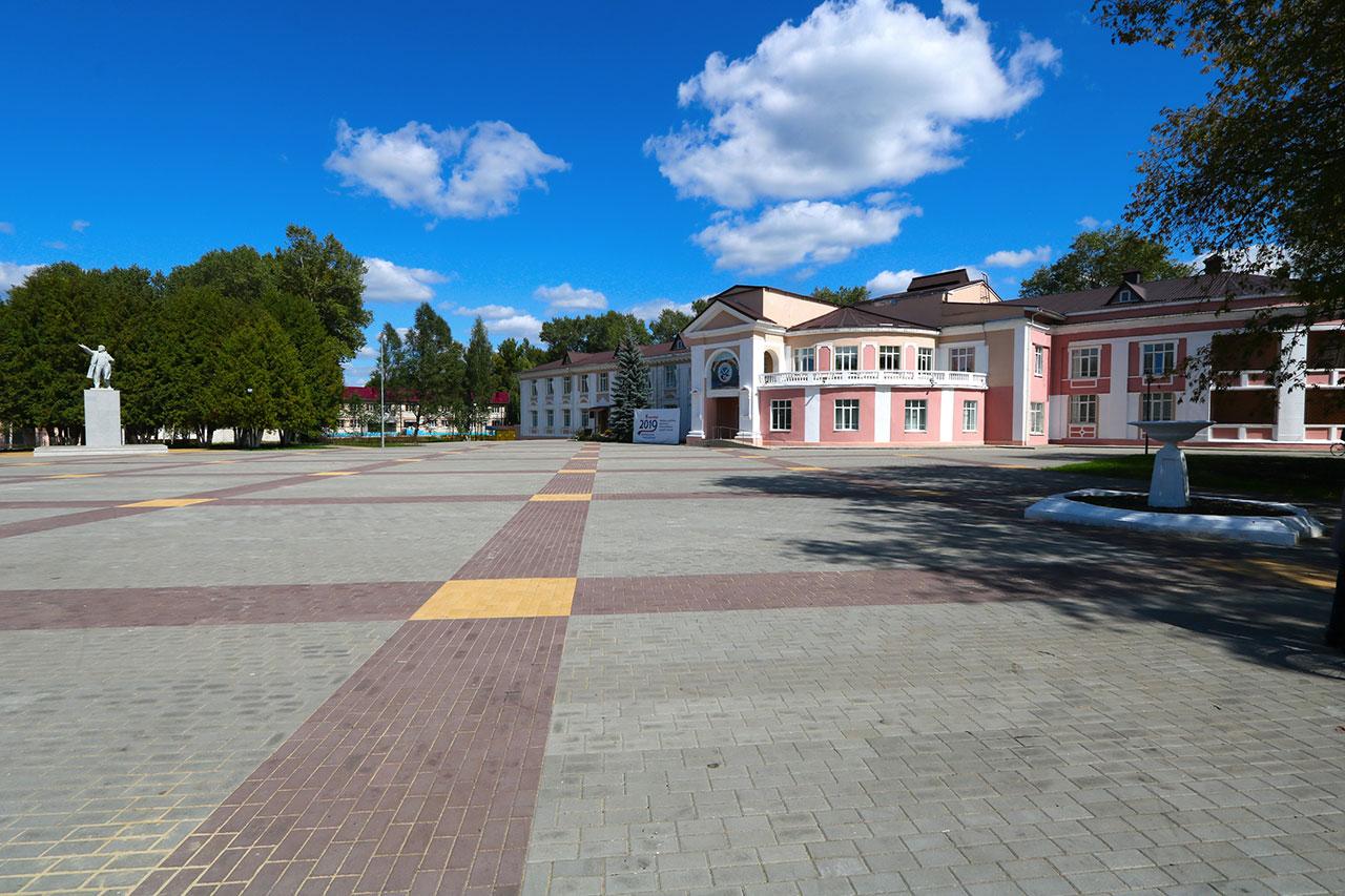 В Белых Берегах завершают ремонт площади у ГДК