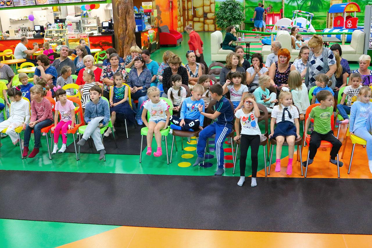 Первоклассников из замещающих семей Брянска собрали в школу