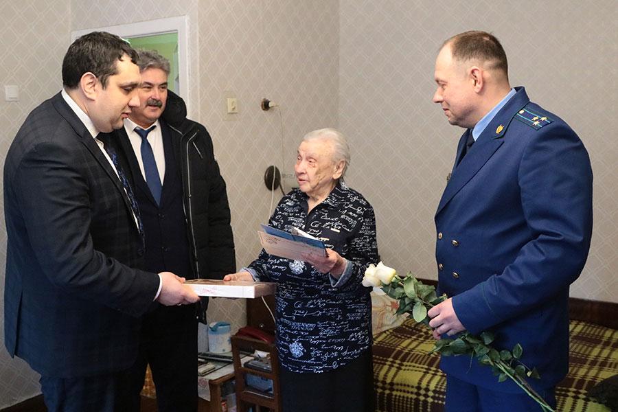 В Брянске поздравили долгожителей