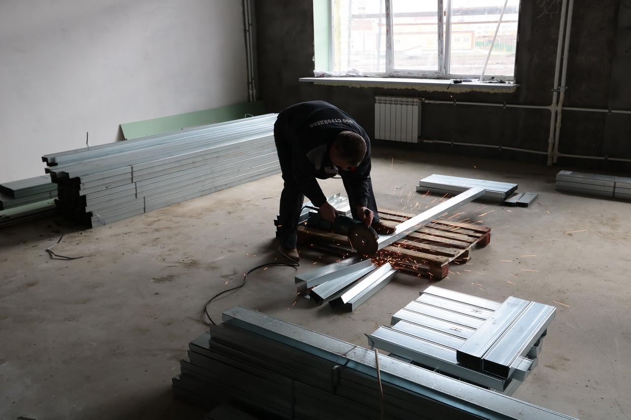 В Брянске занимаются внутренней отделкой школы на старом аэропорту