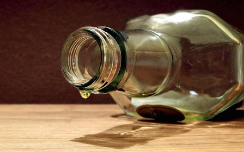Почему нельзя оставлять пустую бутылку настоле?