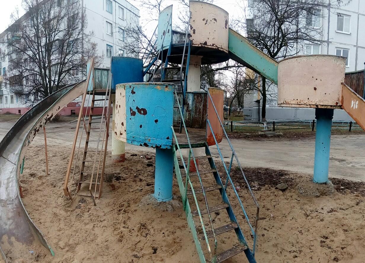 В Брянске сняли на фото ужасы детской площадки