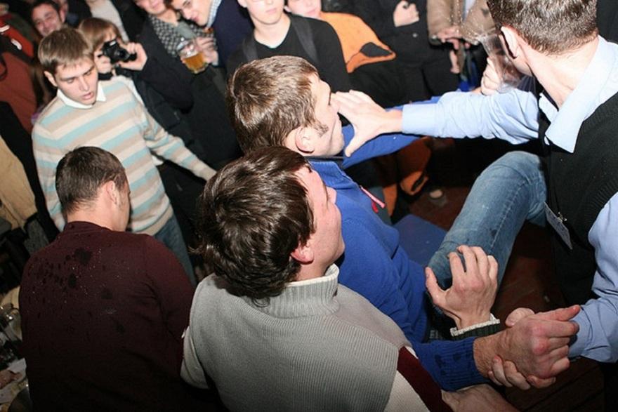 В брянской пиццерии клиентов избили требуя деньги