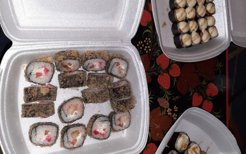 В Брянске супружеской паре доставили резиновые суши с хреном