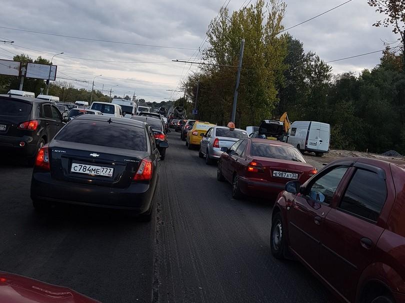 Огромная пробка образовалась сегодня на въезде в Бежицу