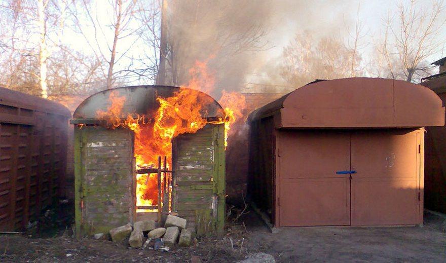 В Бежице горел гараж