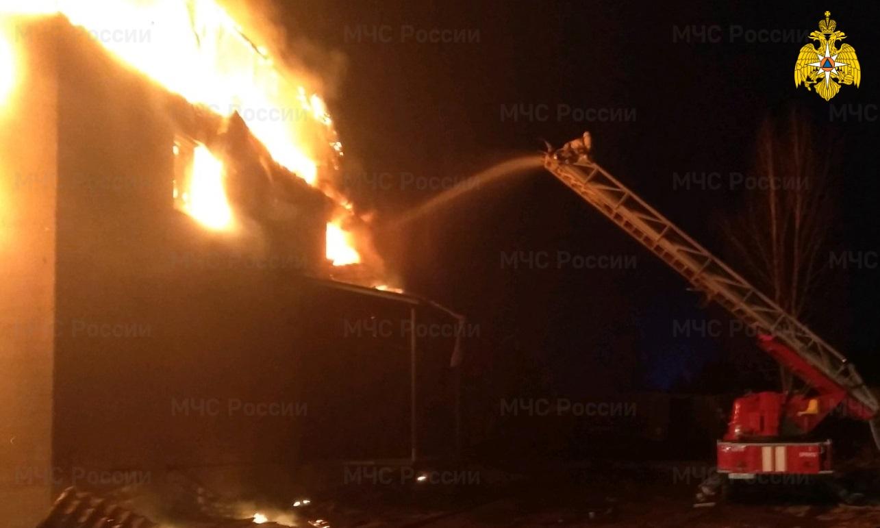 В Фокинском районе полыхает пожар