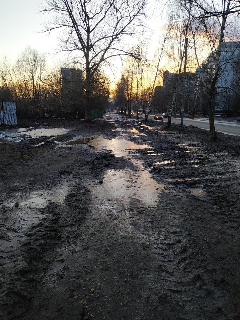 Тротуар на Крахмалева утопает в грязи