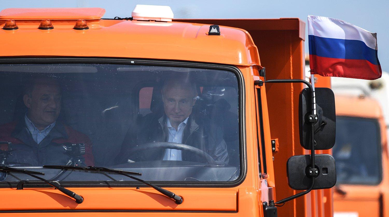 Поехали: Путин зарулём КамАЗа проехал поКрымскому мосту