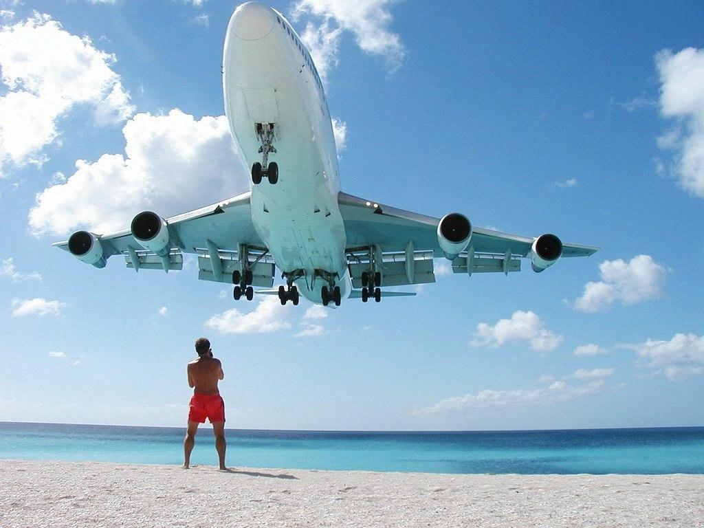 Сногсшибательная авиация: самолет при взлете сбил туриста сног