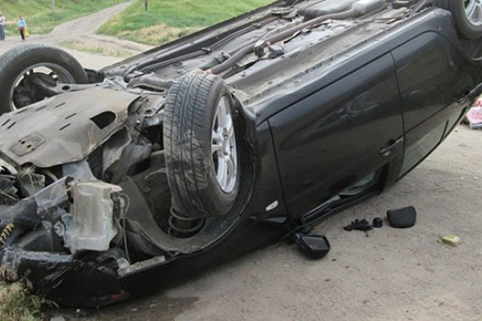 В Почепе молодой водитель отвлекся от дороги и перевернулся на автомобиле