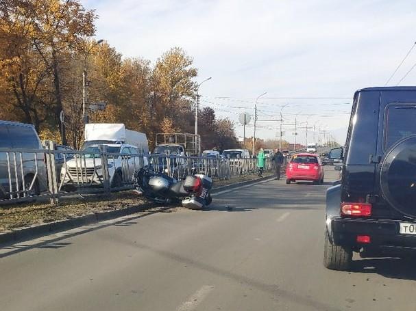 Этим утром мотоциклист в Брянске врезался в пешеходное ограждение