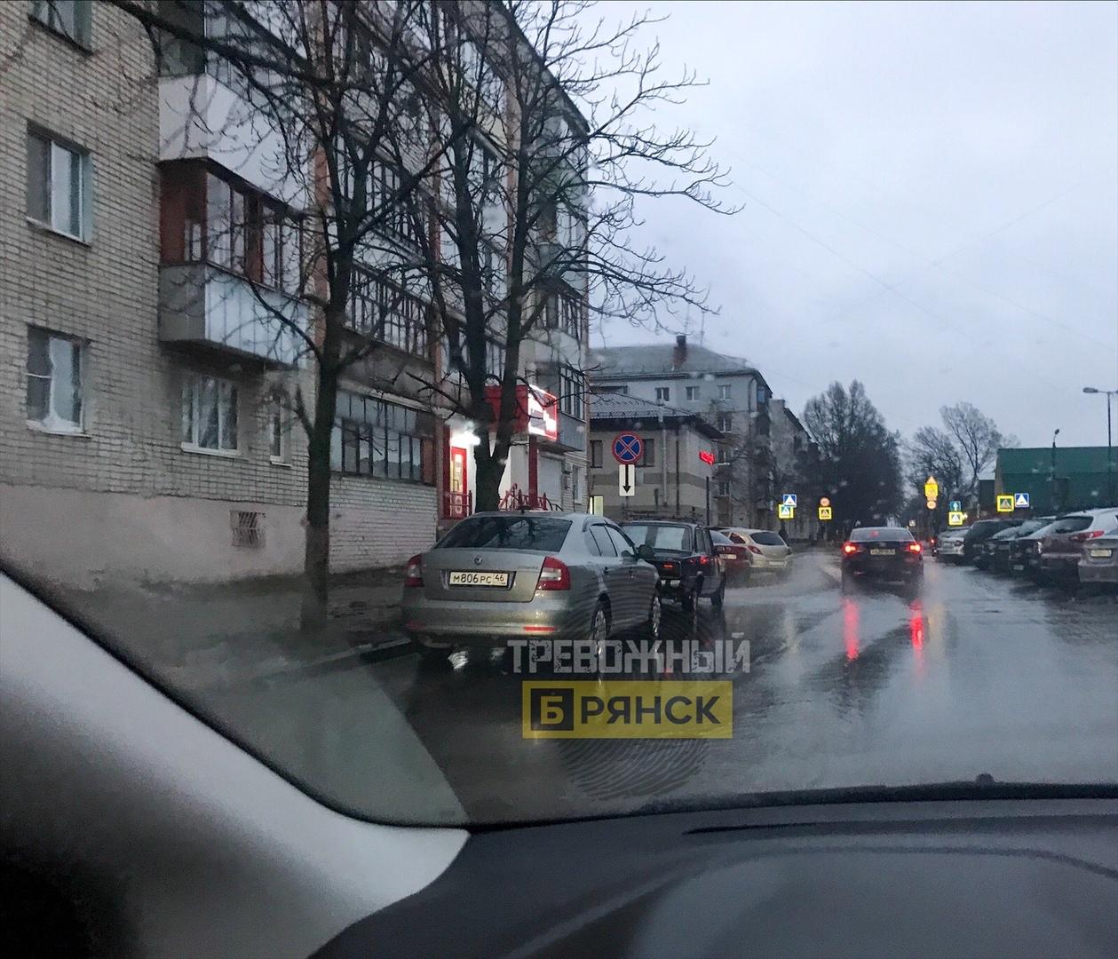 На улице Камозина сфотографировали автохамов