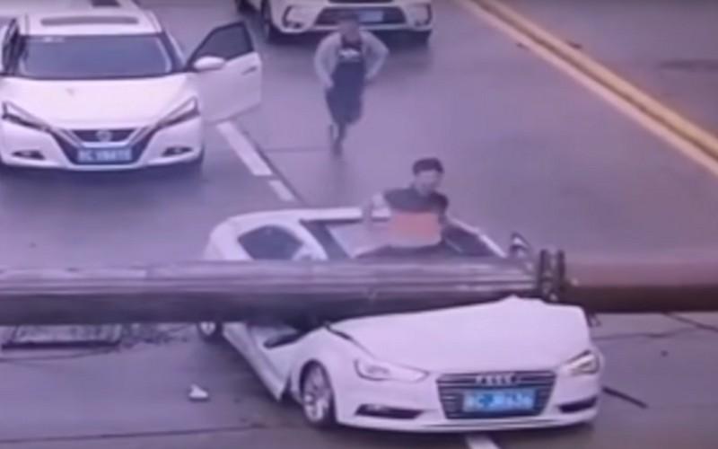 Кран раздавил машину: невероятно, новодитель сам выбрался изкучи жести!