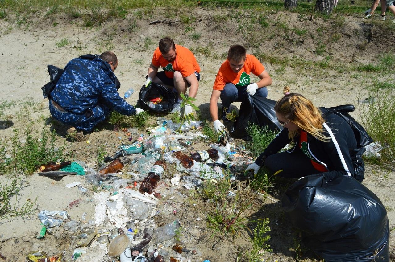 На берегах двух озер в Брянске собрали два контейнера мусора